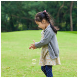 봄 가을 동안 뜨개질을 하거나 뜨개질을 한 소녀 입거나 옷 Phoebee 형식