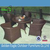 普及したデザインのセットを食事する耐久の藤の家具