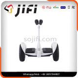 Ninebotの電気スクーター、電気スクーターのバランスをとっている2つの車輪の自己