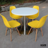 椅子が付いている円形のレストランのダイニングテーブル