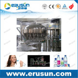 Água mineral que enxágua a máquina tampando de enchimento