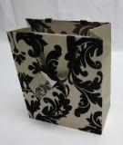 Papel grande que envuelve el bolso del regalo con las manetas de la cinta del poliester para el nuevo diseño