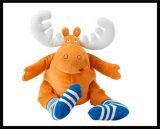 セリウムの赤ん坊は毛皮で覆われたプラシ天動物猫犬猿のおもちゃの人形をからかう