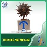 木ベースが付いている水晶トロフィそしてメダル