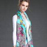 新しい女性は絹のクレープサテンの長いスカーフのショールの工場を調整する