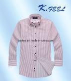 ボタンカラーが付いている赤いおよび青い縞のワイシャツ