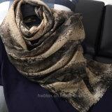 Mano che estrae la sciarpa delle donne stampate alla moda del poliestere (HWBPS028)