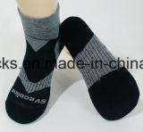 Calcetines materiales de los deportes de los hombres al aire libre del algodón/del poliester con insignia de encargo
