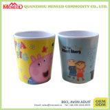 جميلة تصميم طفلة يحرّر إستعمال [ببا] فنجان بلاستيكيّة لأنّ عمليّة بيع