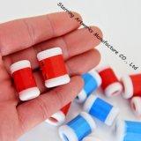 La mano de la etiqueta de plástico de la puntada de ganchillo que hace punto hace el contador de fila a mano redondo de la herramienta que hace punto