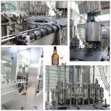 Машина стеклянной бутылки заполняя разливая по бутылкам для вискиа