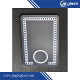 タッチセンサーか赤外線センサーが付いているLEDの銀製ミラーを拡大する浴室
