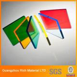El color translúcido echó la hoja plástica del plexiglás de la hoja de acrílico
