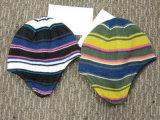Chapéu feito malha colorido da forma das crianças com aleta da orelha