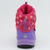 防水靴をハイキングする子供の屋外スポーツ