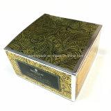 El plano de una pieza pila de discos el rectángulo de regalo diseñado del papel de plata para el empaquetado del cosmético y del perfume