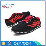 Les loisirs femelles de forme physique folâtrent des chaussures