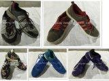 Сортированные используемые летом ботинки второй руки ботинок