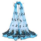 Женщины вышили шарфу шали павлина длиннему