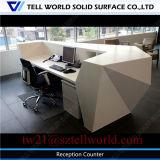 Tabella di superficie solida superiore anteriore della parte anteriore dell'ufficio del diamante moderno contro