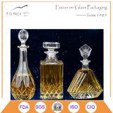 Frasco de vinho super do vidro de sílex com os copos no projeto luxuoso