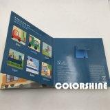 Niño colorido que habla el libro de la tarjeta sana