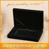 Boîte-cadeau de empaquetage par la carte de crédit