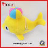 Le dauphin de peluche bourré par constructeur de jouet de gosses badine le jouet