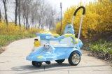 Passeio 2016 do bebê no brinquedo do carro com impulso