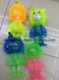 Sfera sfocata del giocattolo di plastica del bambino dei capretti con l'animale istantaneo