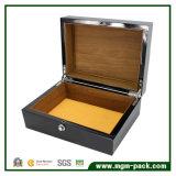 Высоким лоснистым отлакированная роялем деревянная коробка вахты
