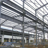 倉庫か研修会として使用される鉄骨構造のプレハブかプレハブの建物
