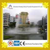 Круглый фонтан воды пруда с скульптурой формы факела