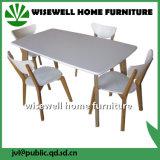 A tabela de jantar ajustou-se no carvalho contínuo com 4 cadeiras