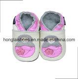 ライオンのベージュ編まれた赤ん坊靴
