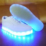 Cobrar luminoso de 2016 das sapatas leves Running do diodo emissor de luz das mulheres do esporte da forma sapatas