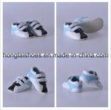 Chaussures noires d'enfant en bas âge de bébé bleu pour aider d'intérieur inférieur