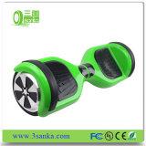 Las manos liberan dos la rueda eléctrica elegante Cyboard con la batería de Samsung