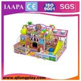 Tipo equipamento interno do labirinto das crianças dos jogos do campo de jogos dos miúdos do centro do jogo