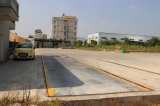 Camion che pesa ponticello per il centro d'ordinamento residuo