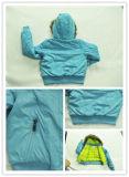 Desgaste do revestimento do inverno do bebê com capa