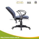 オフィスの椅子か現代椅子または網の椅子