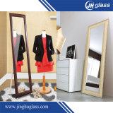 Levarsi in piedi vestente lo specchio alto del pavimento dello specchio