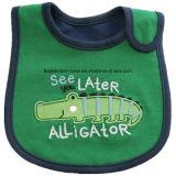 OEMの農産物はデザインアップリケによって刺繍された綿の赤ん坊の胸当てをカスタマイズした