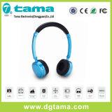 Écouteurs supplémentaires pliables pendant des années de l'adolescence des gosses des enfants de garçons de filles bleues