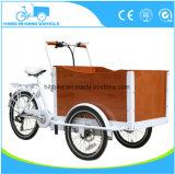 雨カバーが付いている電気またはペダルの貨物自転車