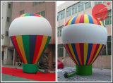 Facendo pubblicità al piccolo dirigibile per l'apertura al suolo B1-107