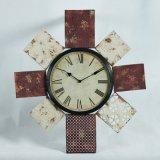 La lechada de cal registra el reloj de pared de madera de la decoración casera