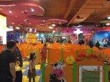 多彩な木製の演劇のボードは子供のための壁に取付けた