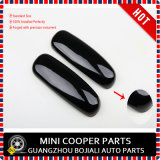 La maniglia interna del portello nero delle Automatico-Parti copre il connazionale R60 di Mini Cooper